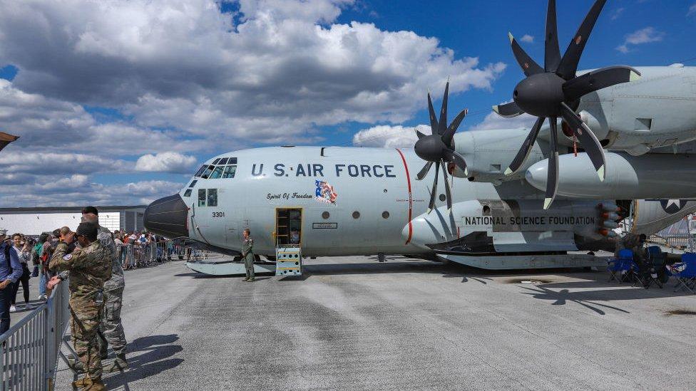 Hércules C-130 está equipado para aterrizar en hielo o nieve.