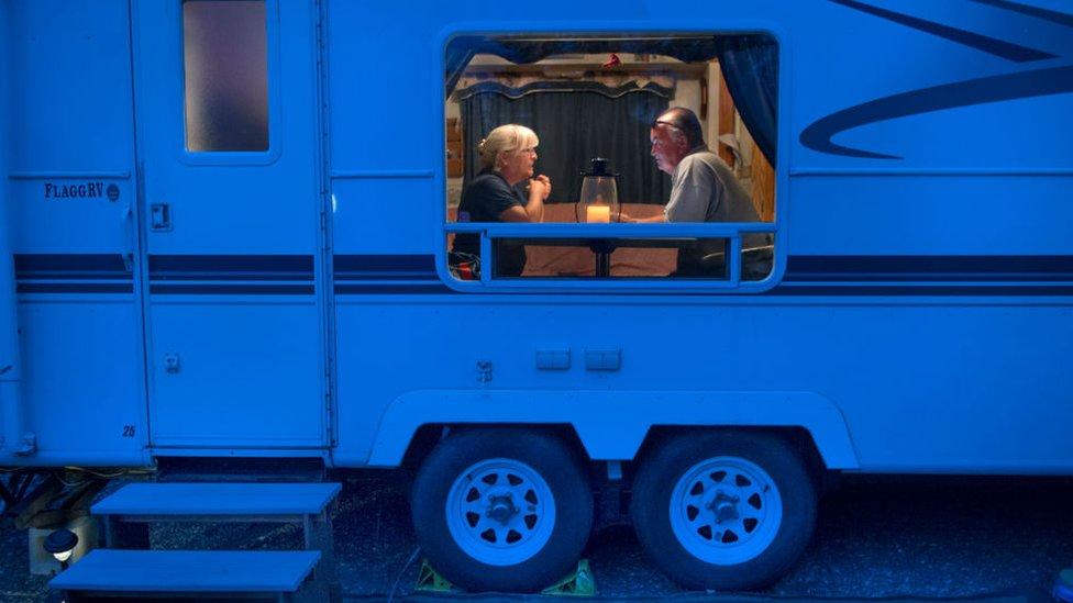Una pareja en una autocaravana