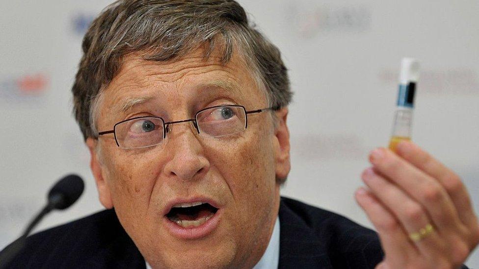 Bill Gates sostiene un vial con una vacuna