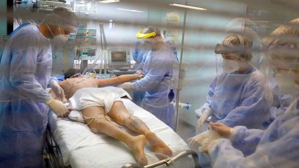 Médicos cuidam de um paciente com covid-19 em Porto Alegre, no Brasil