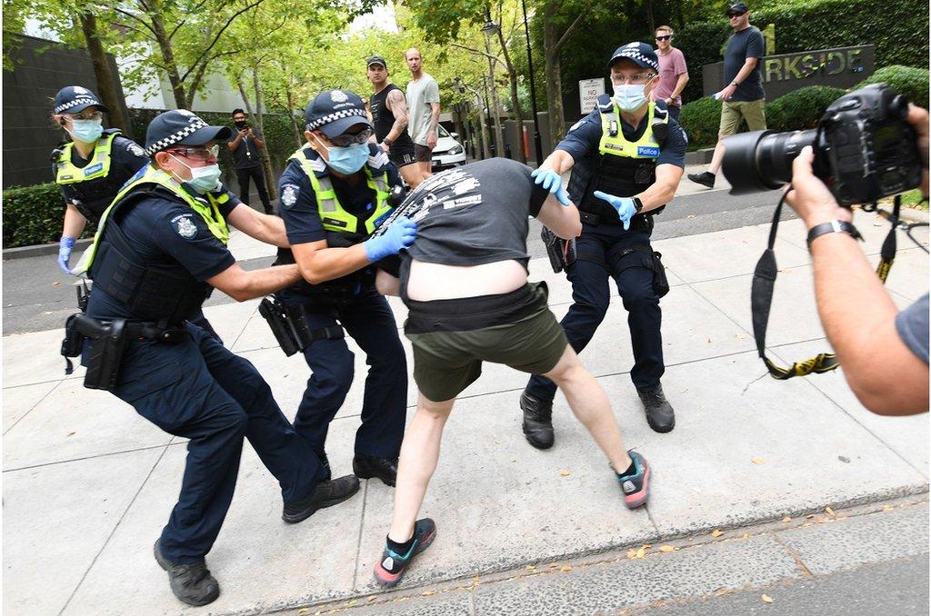 澳大利亞警方在墨爾本與反疫苗抗議者衝突。