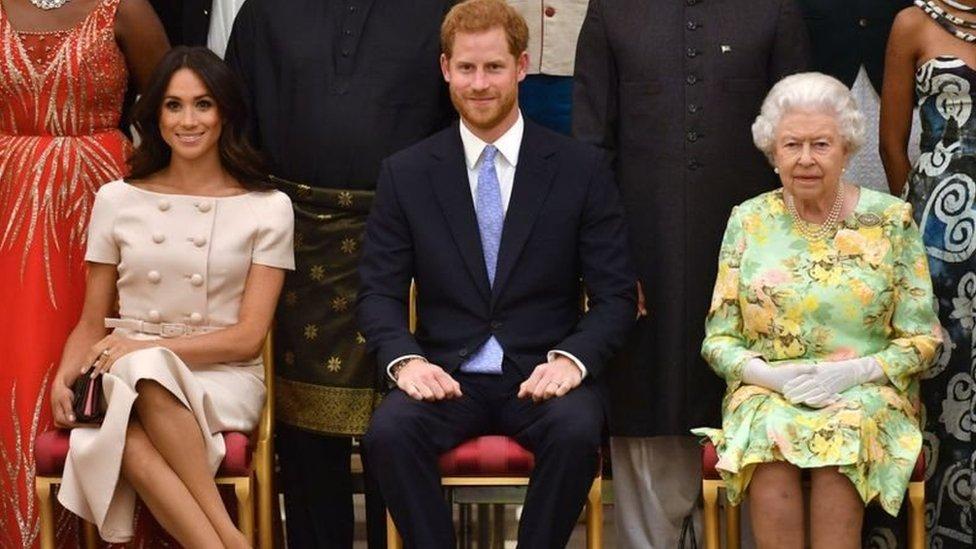 الأمير هاري يتوسط الملكة إليزابيث وزوجته ميغان ماركل