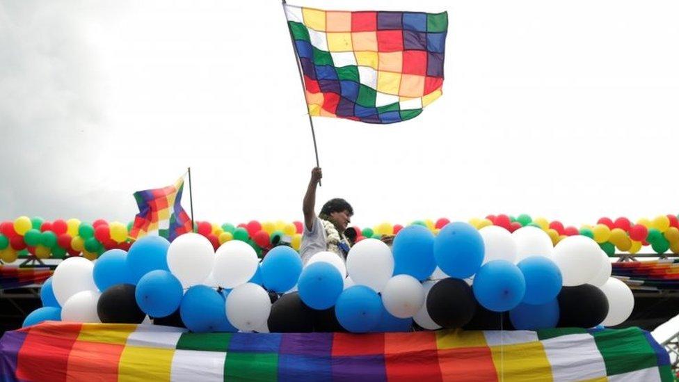 morales sa zastavom 11. novembra