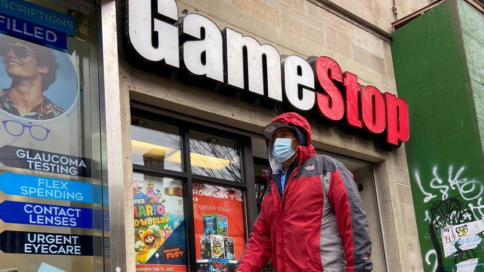 Una persona pasa por delante de una tienda de GameStop