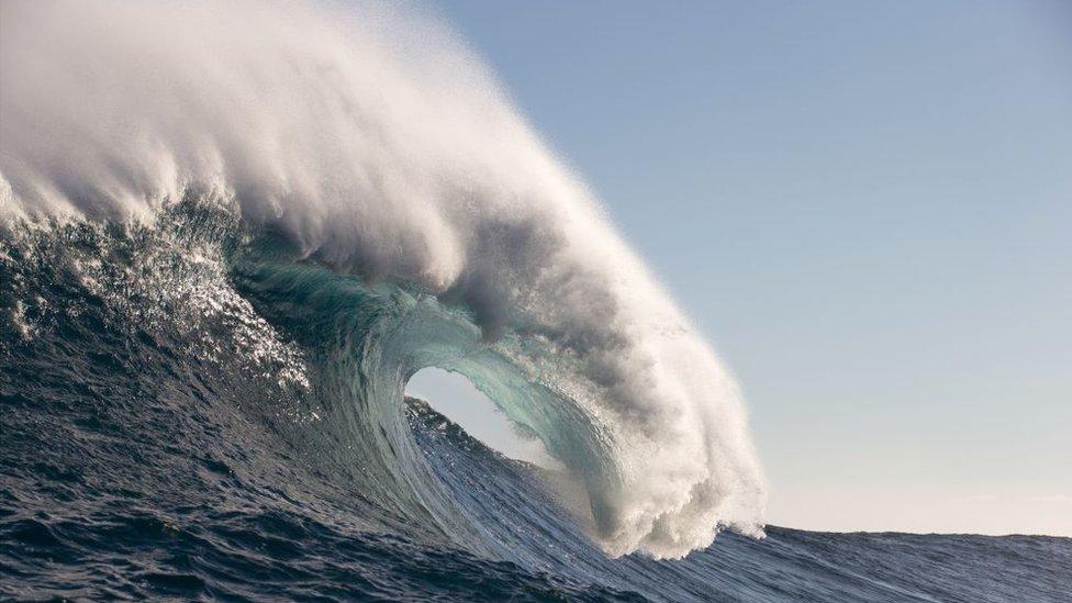 Una ola fotografiada en Hawai en 2017.