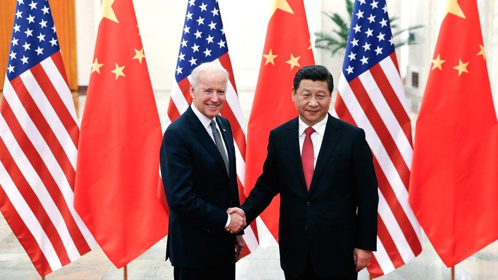 習近平(右)與時任美國副總統拜登(左)於北京人民大會堂握手(4/12/2013)