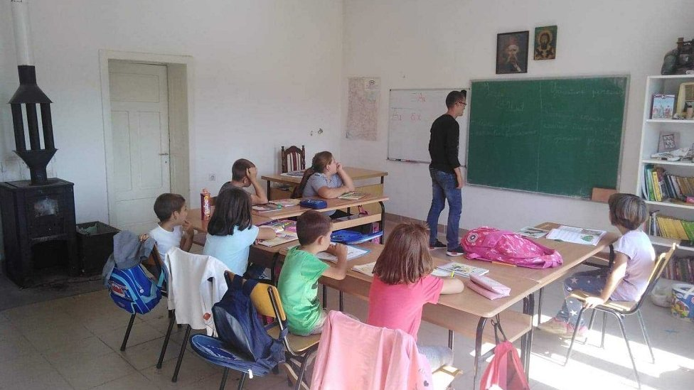 U učionici se greju na peć na drva
