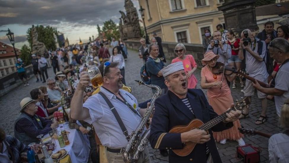 Jantar comemorativo, em Praga, de alivio nas medidas de distanciamento social, em 30 de junho