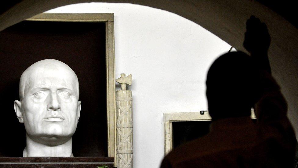 صنع أحد أنصار اليمين المتشدد تمثالا فاشيا في قبر موسوليني