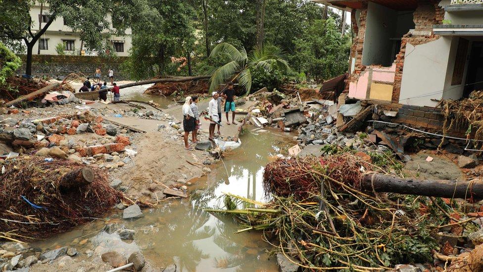 India monsoon floods 'kill 164' in Kerala