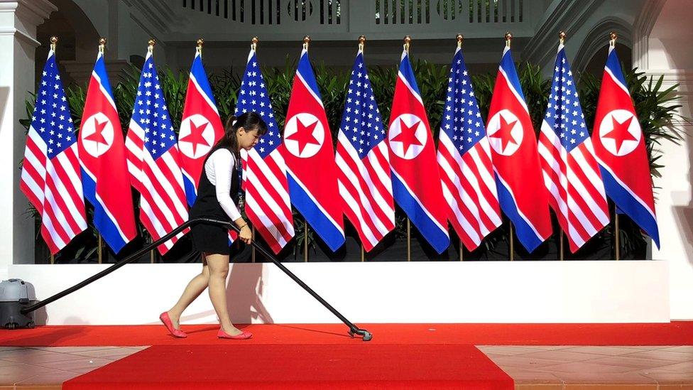 Banderas de EE.UU. y Corea del Norte en el Capella Hotel