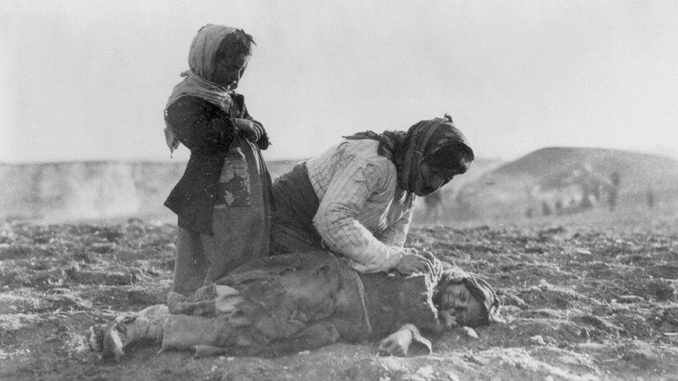 Una madre armenia agachada junto al cadáver de su hija