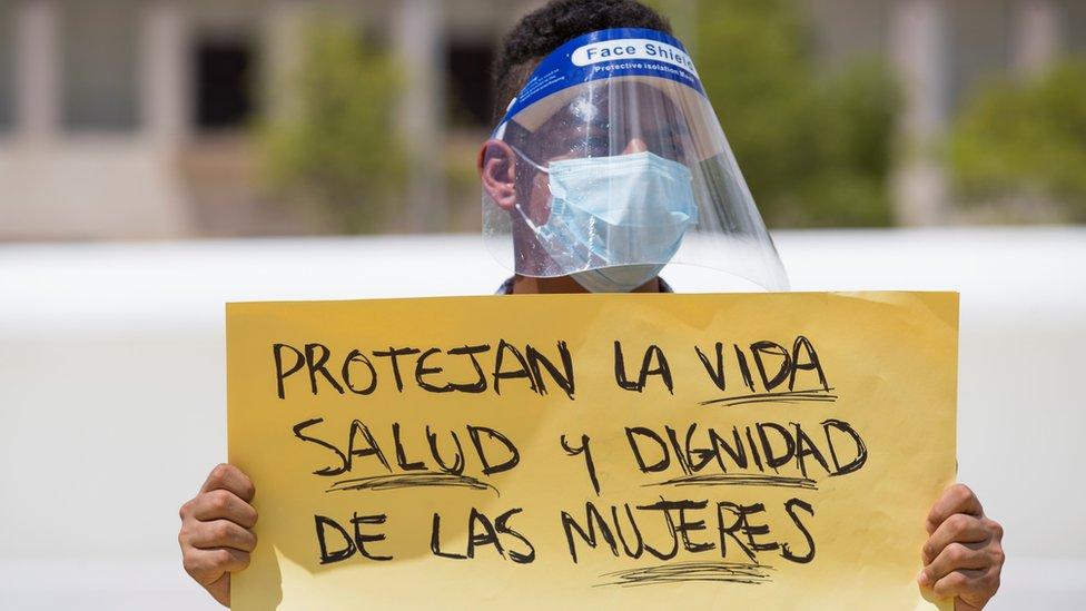 Joven con un cartel en defensa de las mujeres en Santo Domingo, República Dominicana
