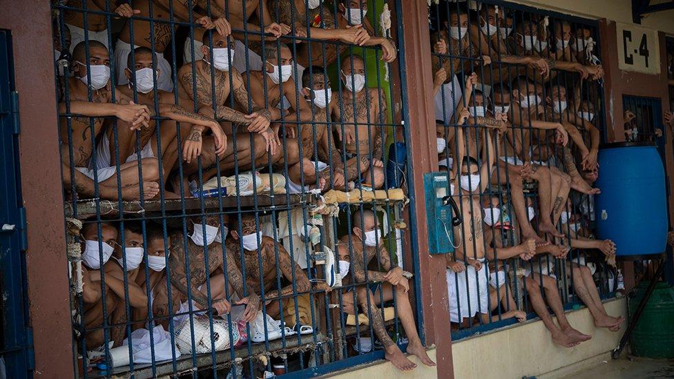 Presos em uma prisão em El Salvador durante uma revista, em 2020