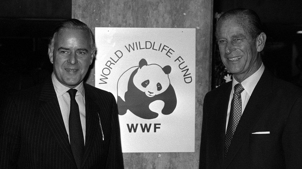 الأمير فيليب مع تيم وولكر، رئيس الصندوق العالمي للحياة البرية في انجلترا، في جامعة لندن عام 1986