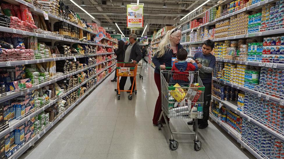 Chilenos en supermercado