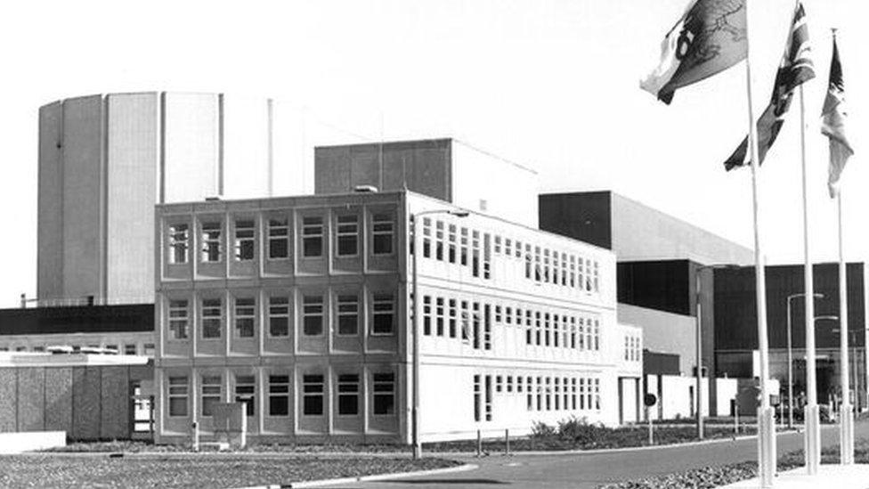 Swyddfeydd gweinyddol y safle // The site's administration building