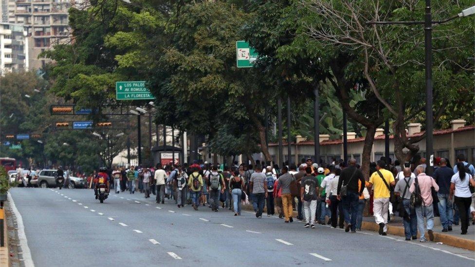Gente caminando por las calles de Caracas.