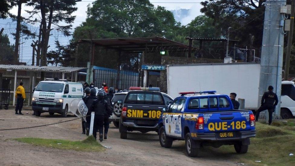 Cerca de 500 policías fueron desplegados para controlar la situación en la prisión.