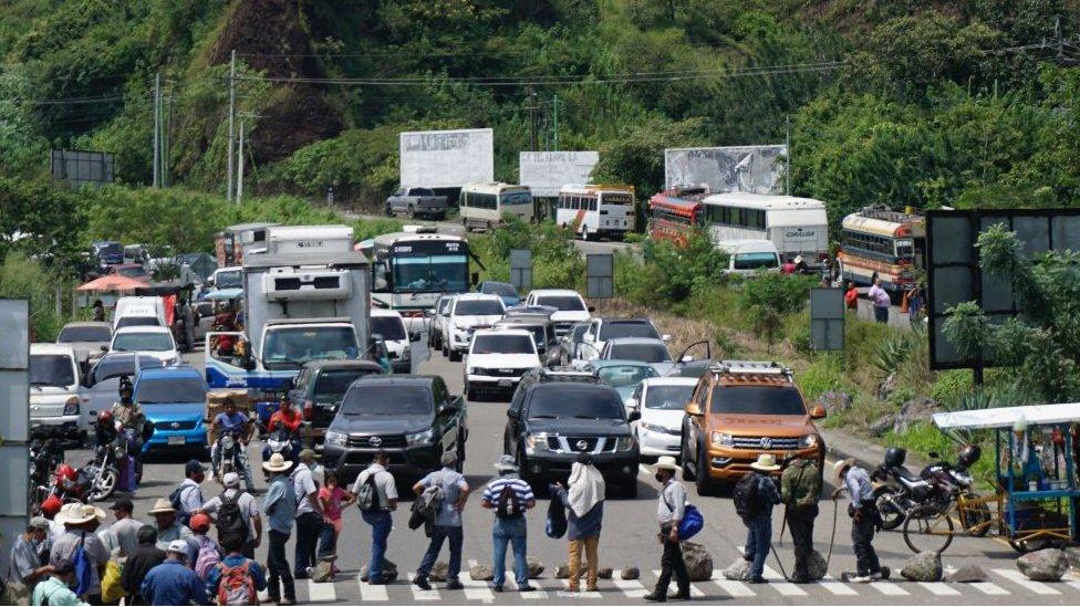 Guatemala: marcha de exmilitares termina con fuertes disturbios y manifestantes  irrumpiendo en el Congreso - BBC News Mundo