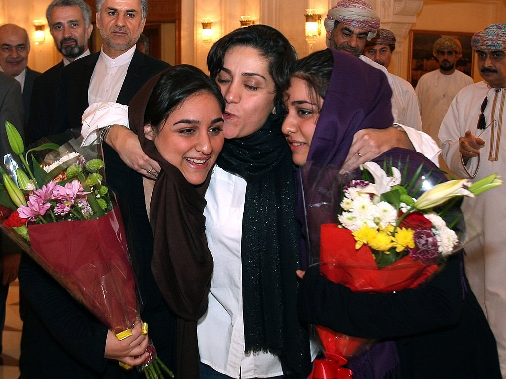 شهرزاد ميرقليخان تتوسط ابنتيها في مسقط. أغسطس/آب 2012