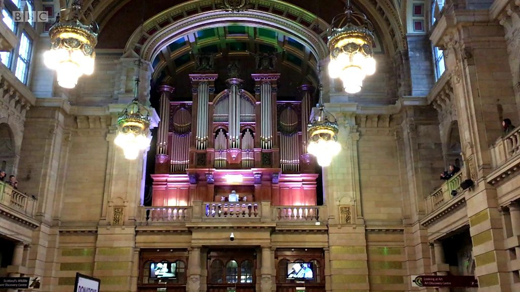 BBC News - Organist performs David Bowie tribute