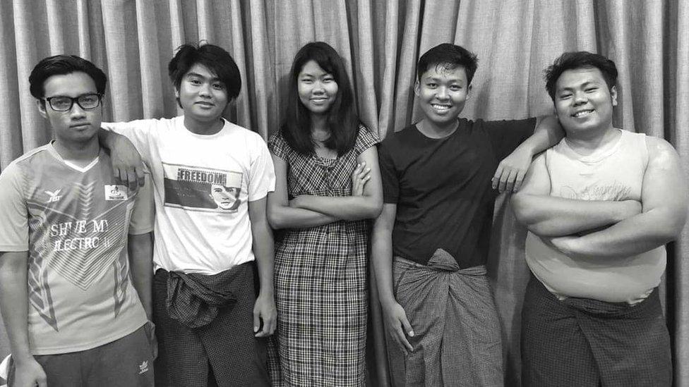 أعضاء فرقة بيكوك جينريشن في ميانمار
