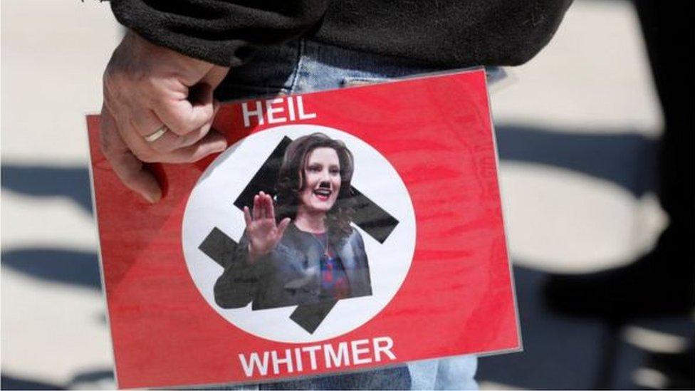 ملصق يصور حاكمة ولاية ميشيغان على أنها هتلر كان يحمله المحتجون المناهضون للإغلاق