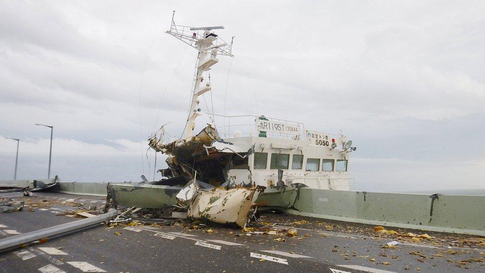 Tanker je udario u most koji povezuje aerodrom s kopnom