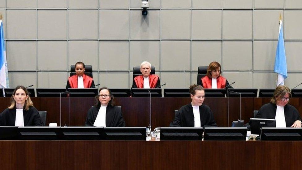 قضاة المحكمة شاركوا بعضهم في قراءة الحكم.
