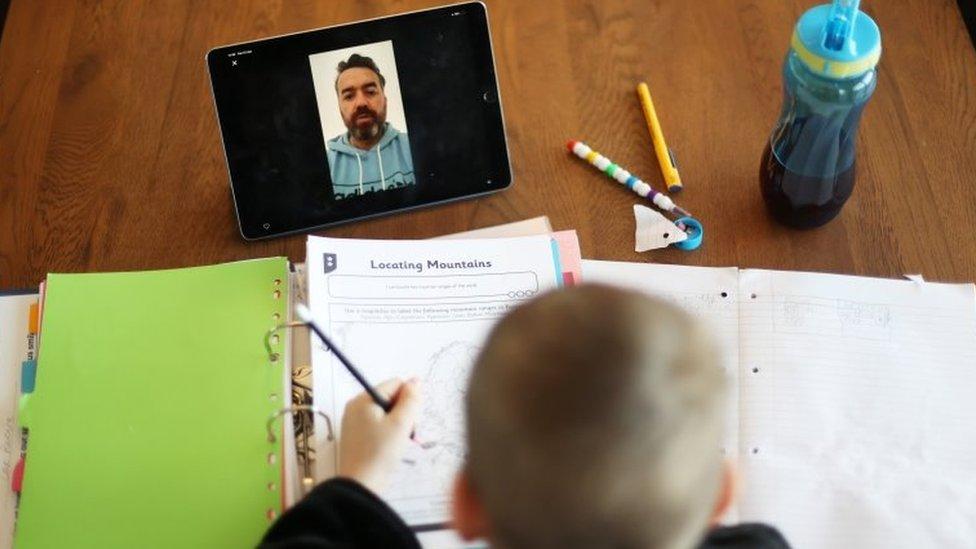 Aluno e professor em aula online