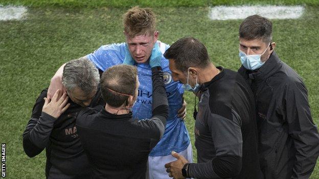 دي بروين يتلقى العلاج في الملعب