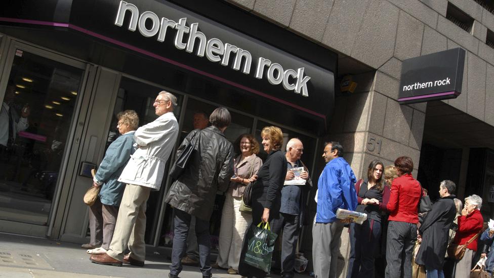 Londra'da Northern Rock binası önünde kuyruk oluşturan müşteriler, 2008