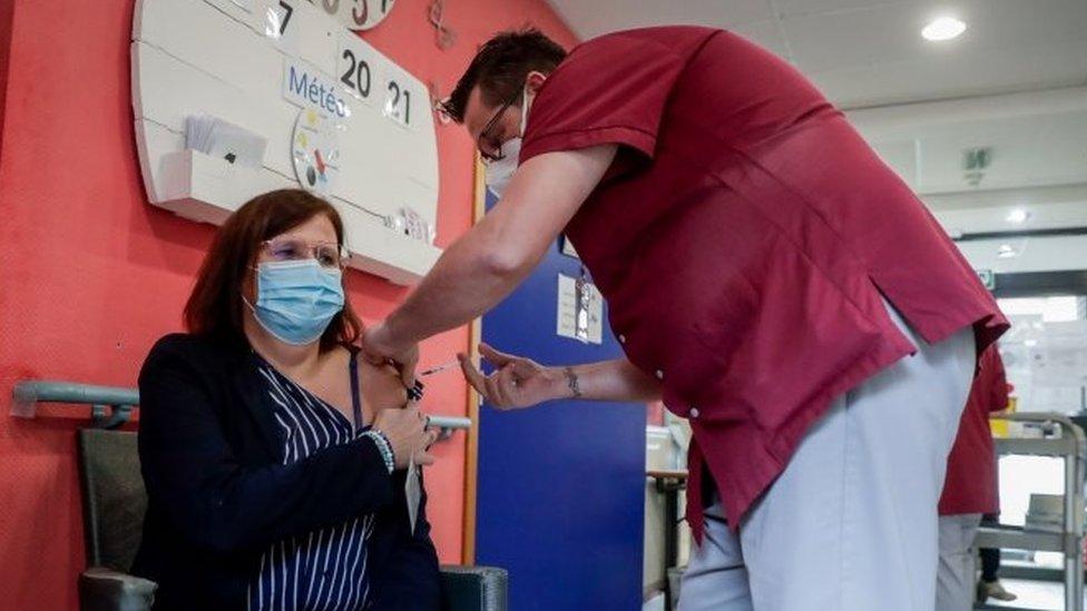 Una mujer siendo vacunada en Bélgica