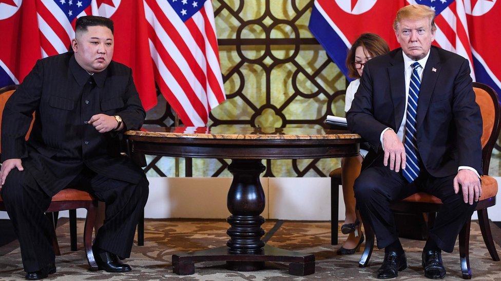El presidente de Estados Unidos, Donald Trump (der.), en reunión con el líder de Corea del Norte, Kim Jong-un en el Hotel Sofitel Legend Metropole de Hanói, 28 de febrero de 2019