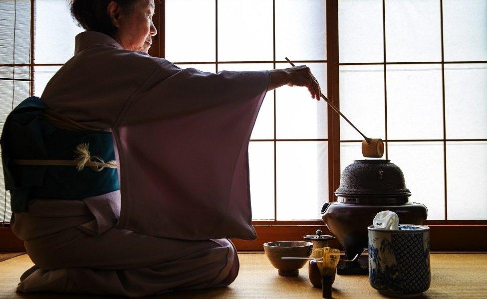 امرأة يابانية تقوم بطقوس الشاي