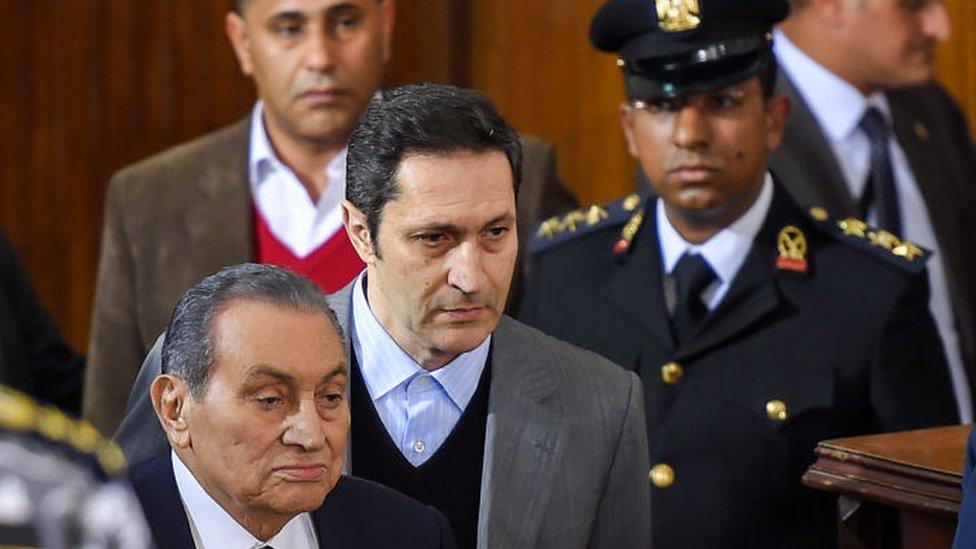 علاء مبارك مع والده الرئيس السابق حسني مبارك