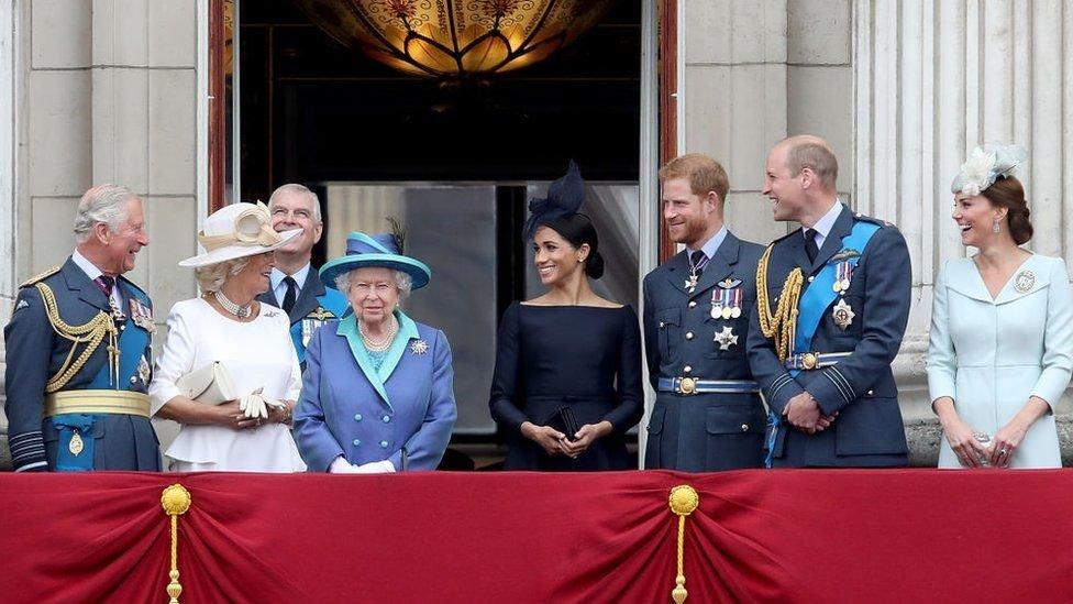 افراد الاسرة المالكة في شرفة قصر باكينغهام بمناسبة عيد القوات الجوية عام 2018