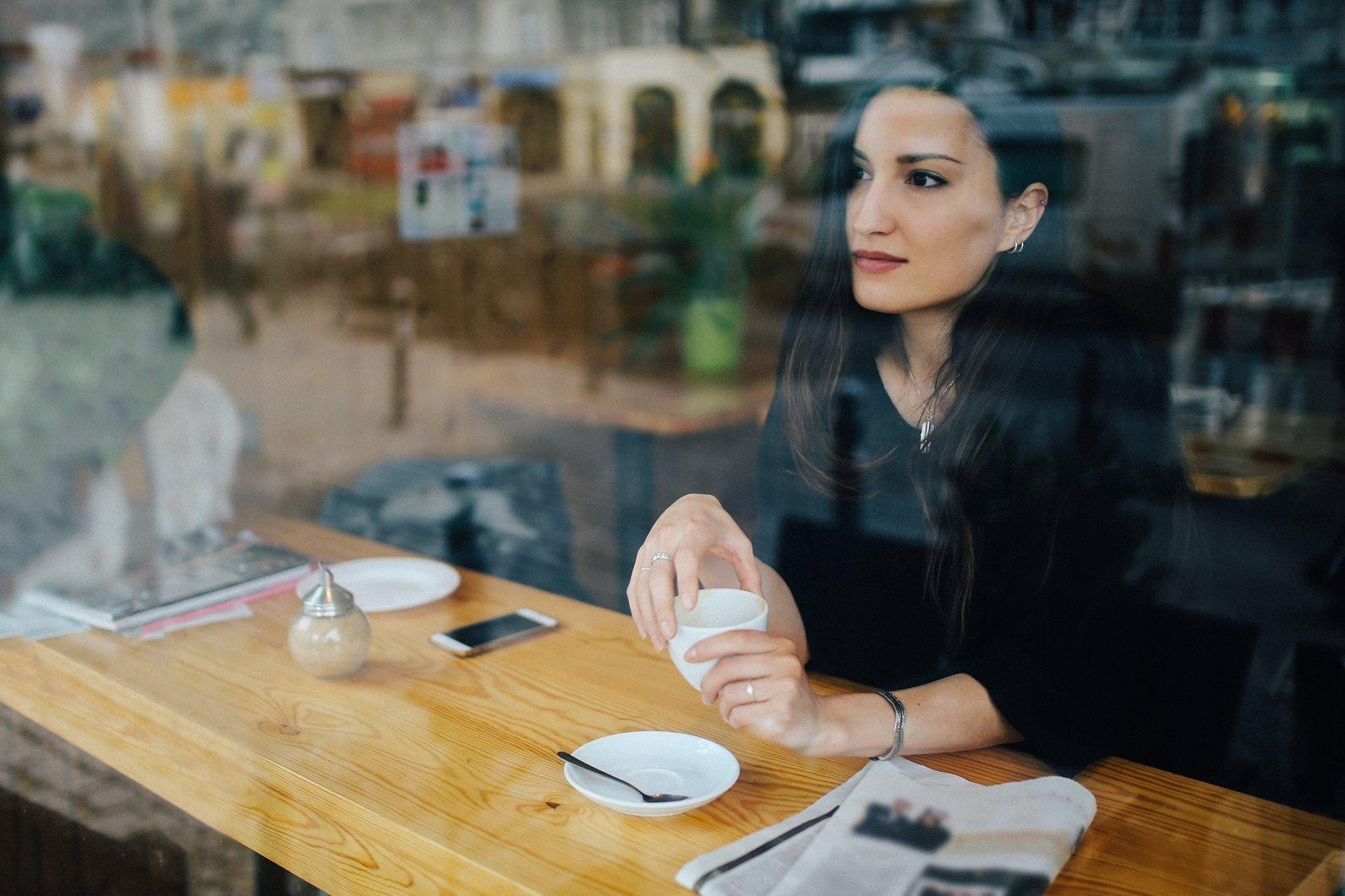 صورة تعبيرية لامرأة تفكر