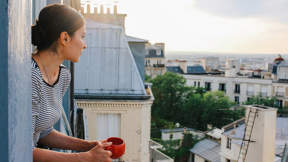 Mujer en un balcón