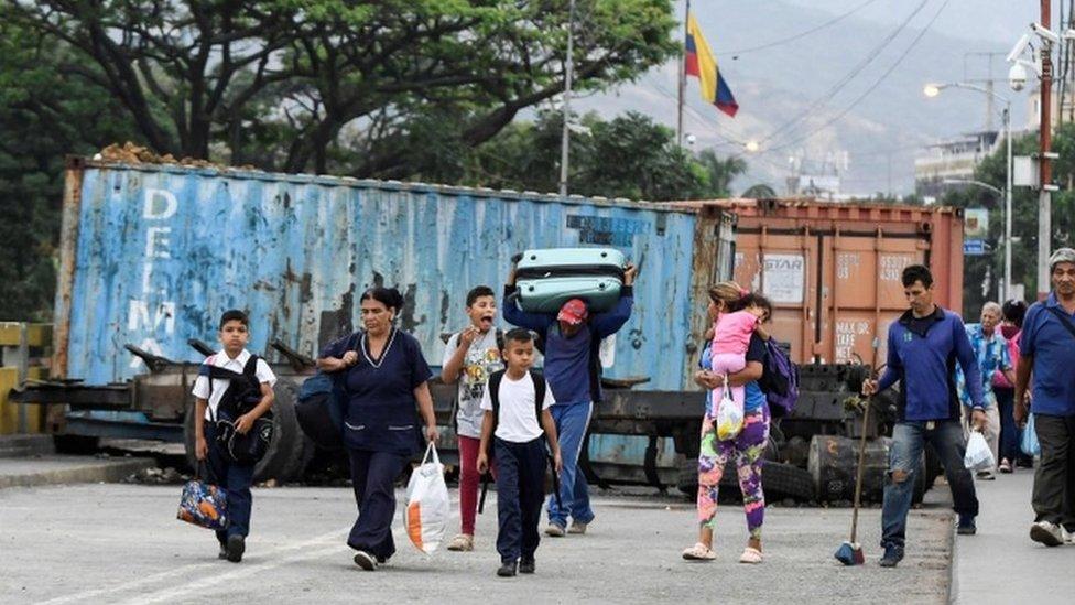 Venezolanos cruzan la frontera con Colombia.