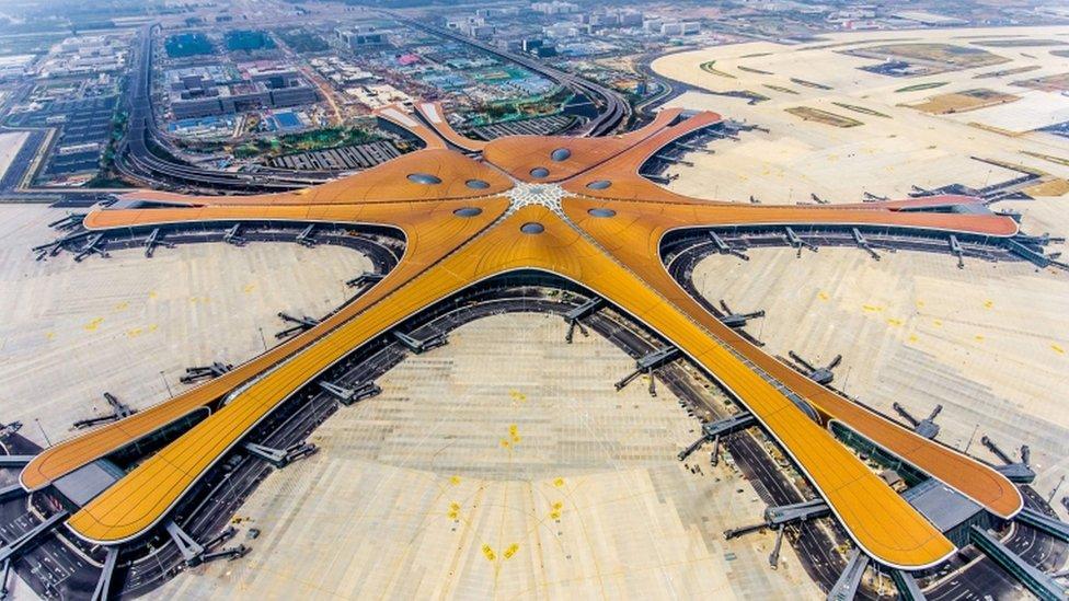 У Пекіні відкрився найбільший у світі аеропорт - у формі морської зірки