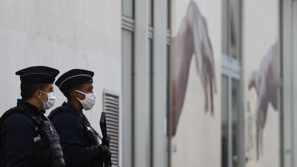A polícia monta guarda do lado de fora dos antigos escritórios do Charlie Hebdo em Paris em 26 de setembro de 2020