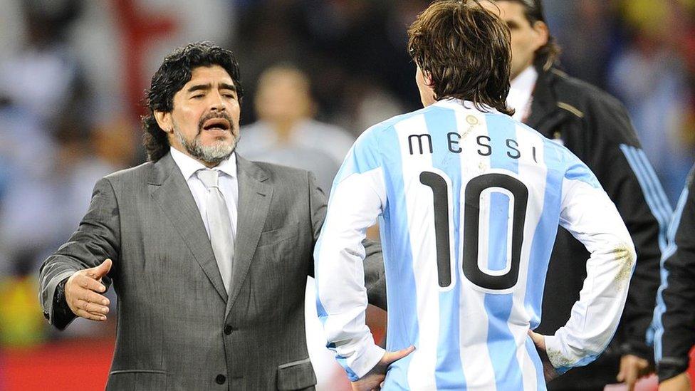 Diego Maradona consuela a Messi tras la eliminación en Sudáfrica.