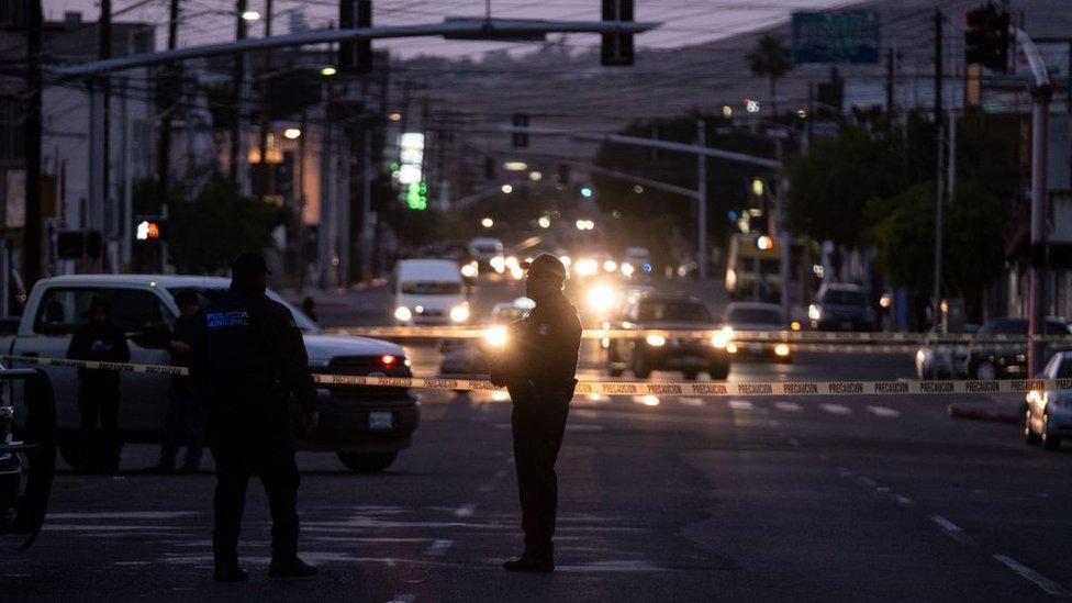 Policías en Tijuana después de una matanza.