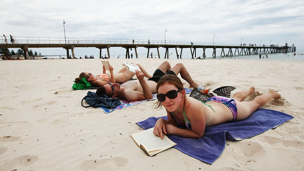 مصطافون على شاطئ في أستراليا