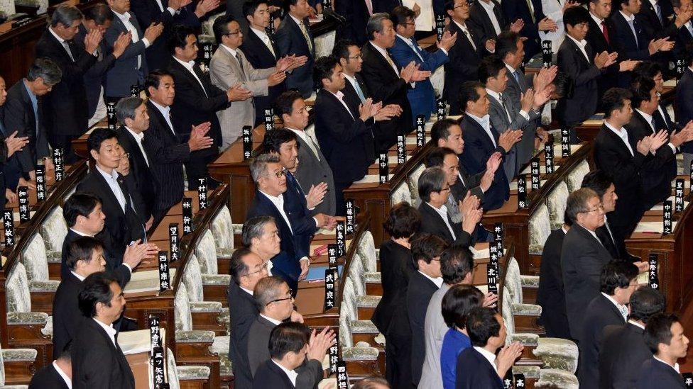 Miembros de la cámara baja del parlamento de Japón en una sesión plenaria en Tokio el 2 de junio de 2017.
