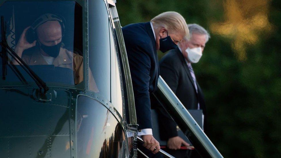Donald Trump bajando del helicóptero presidencial para quedarse en el centro médico militar Walter Reed.