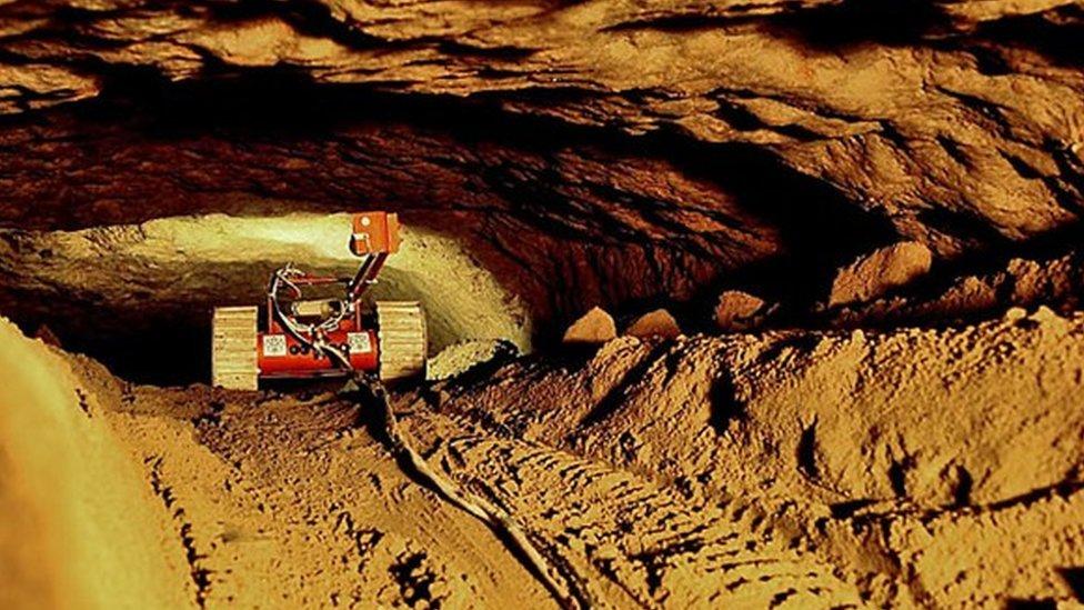 Robot entrenado en el túnel.