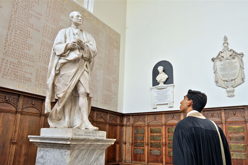 La estatua de Isaac Newton en Trinity College, Universidad de Cambridge